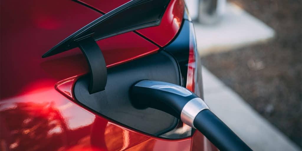 Auch elektrische Fahrzeuge können über viele Tankkarten »nachtanken«.