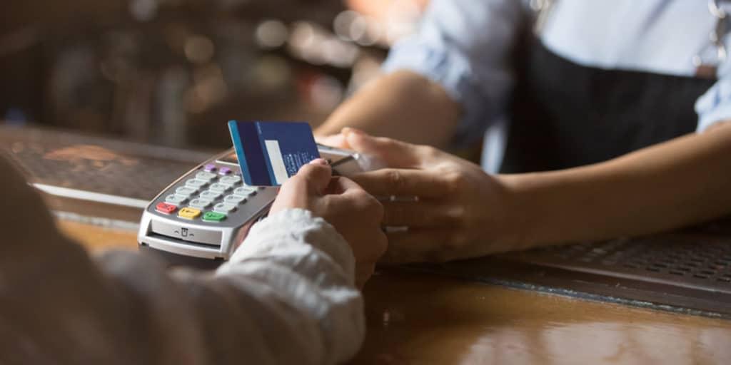 Mit einer Tankkarte können Mitarbeiter und Nutzer des Fuhrparks bargeldlos an der Tankstelle bezahlen.