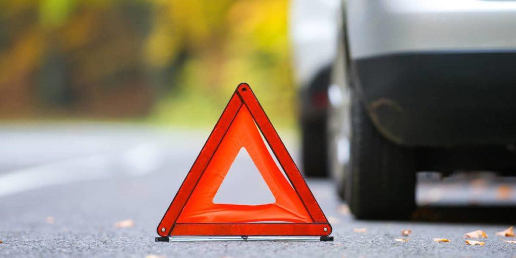 Nach Absicherung der Unfallstelle den Unfallbericht mit der kostenlosen Vorlage anfertigen